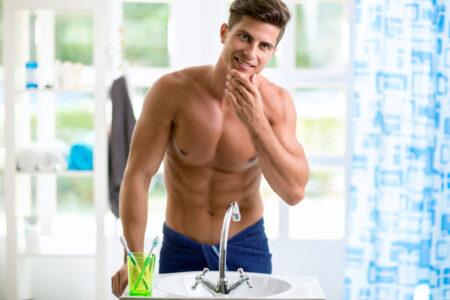 muž v koupelně